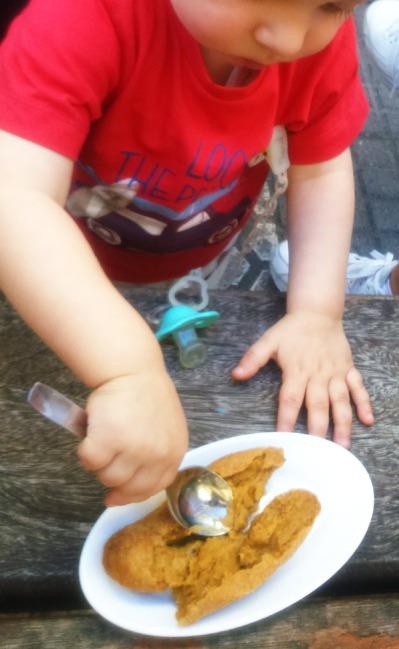 Comiendo croquetas. Primer año con bichito 2015
