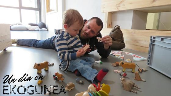 Jugando con originales animales de madera y cartón