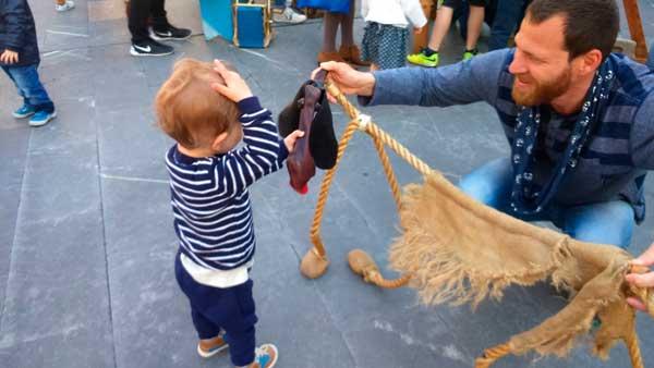 La primera marioneta que nos encontramos, Daniel emocionadísimo (según él, un caballo)