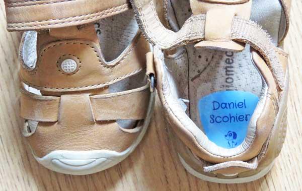 Las etiquetas para los zapatos además vienen con un film autoadhesivo para asegurar su duración