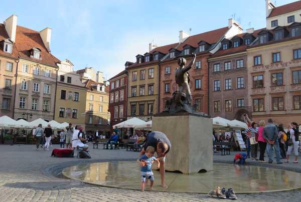 A remojo en la fuente de la Sirena de Varsovia, en Stare Miasto
