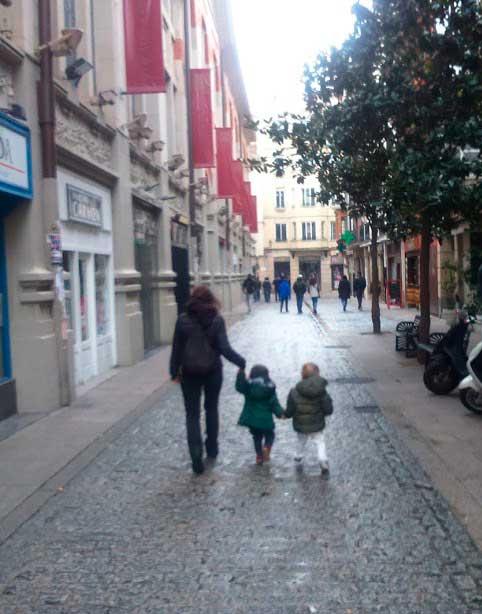 Y para redondear el día, Mimi ha aparecido de visita con Raúl por Logroño.