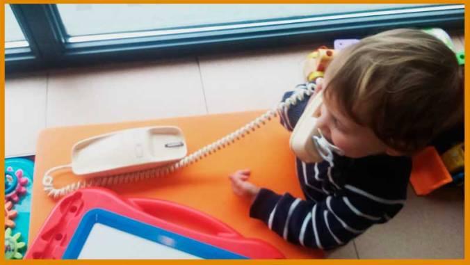 Aunque no había visto uno igual antes, enseguida se ha dado cuenta que era un teléfono y se ha puesto a llamar a su padre