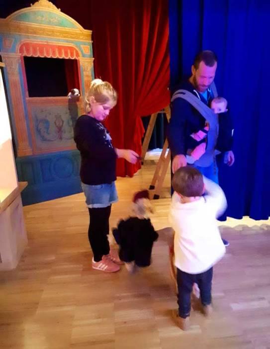 jugando-con-las-marionetas-mispiesgriegos