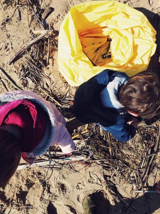 Los niños ilusionados con colaborar en la recogida de plásticos, no pararon