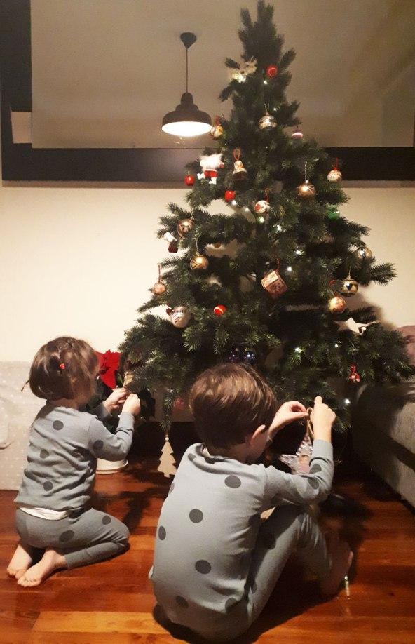 poniendo el árbol de mis abuelos navidad2019_mispiesgriegos