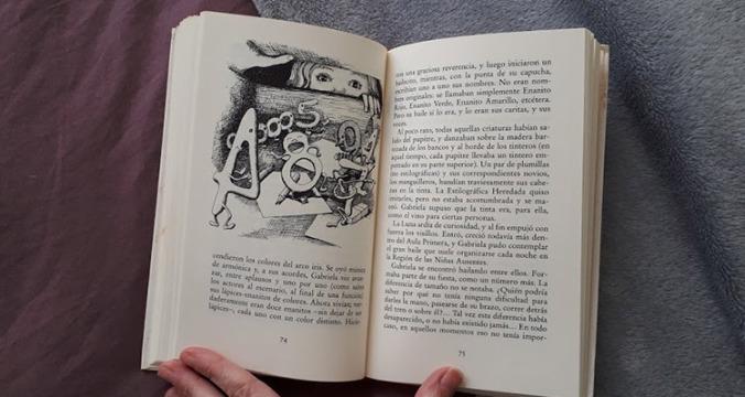 interior-ilustraciones-solo-un-pie-descalzo-mispiesgriegos
